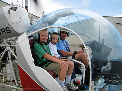 Sugden introduces two Young Eagles to the Bell 47 helicopter.